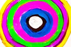 Veelkleurige hand die op papier wordt geschilderd Royalty-vrije Stock Foto's