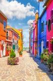 Veelkleurige huizen met fantastische hemel op achtergrond Stock Afbeeldingen