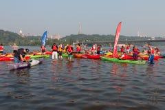 Veelkleurige kayakers op de rivier royalty-vrije stock fotografie