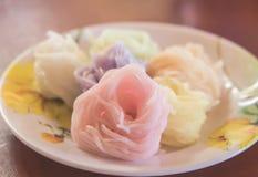 """Veelkleurige Khanom chinThai†""""rice†""""bloemnoedels in de plaat stock foto's"""