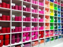 Veelkleurige opslagvoorzijde of supermarkt met kaarsen en koppen - verkoop, het winkelen, consumentisme en mensenconcept stock fotografie