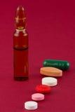 Veelkleurige pillen en ampul royalty-vrije stock afbeelding