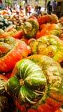 Veelkleurige pompoenen op houten lijst bij de markt van de landbouwer royalty-vrije stock afbeeldingen