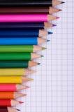 Veelkleurige potloden op papier stock afbeeldingen