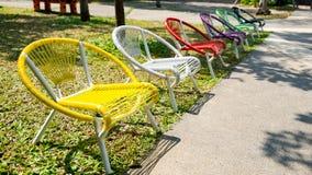 Veelkleurige stoelen in de tuin Royalty-vrije Stock Afbeelding