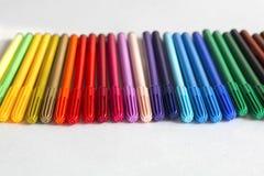 Veelkleurige viltpen op lijst Kleurend gevoeld uiteinde Royalty-vrije Stock Foto
