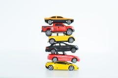 Veelvoudig autospeelgoed bovenop elkaar die de automobielindustrieproblemen voorstellen royalty-vrije stock foto