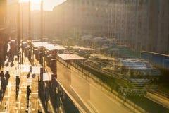 Veelvoudig blootstellingsbeeld van de weg van York bij zonsondergang Bussen, auto's en lopende mensen tegen van zon Londen royalty-vrije stock foto