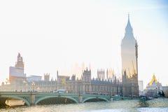 Veelvoudig blootstellingsbeeld van mooie ochtend op de brug van Westminster met onduidelijk beeld van lopende mensen De mening om stock afbeeldingen