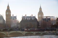 Veelvoudig blootstellingsbeeld van mooie ochtend op de brug van Westminster met onduidelijk beeld van lopende mensen De mening om stock foto