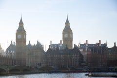 Veelvoudig blootstellingsbeeld van mooie ochtend op de brug van Westminster met onduidelijk beeld van lopende mensen De mening om royalty-vrije stock afbeelding