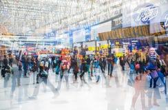 Veelvoudig blootstellingsbeeld van veel mensen die en op het inschepen in het Waterloo station lopen wachten royalty-vrije stock afbeelding