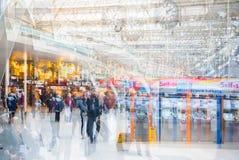 Veelvoudig blootstellingsbeeld van veel mensen die en op het inschepen in het Waterloo station lopen wachten stock foto