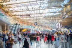 Veelvoudig blootstellingsbeeld van veel mensen die en op het inschepen in het Waterloo station lopen wachten royalty-vrije stock afbeeldingen