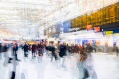 Veelvoudig blootstellingsbeeld van veel mensen die en op het inschepen in het Waterloo station lopen wachten royalty-vrije stock foto's