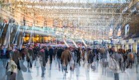 Veelvoudig blootstellingsbeeld van veel mensen die en op het inschepen in het Waterloo station lopen wachten royalty-vrije stock foto