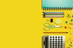 Veelvoudig bureau stationair op een gele oppervlakte royalty-vrije stock afbeelding