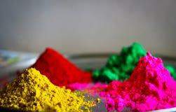 Veelvoudig de kleurenpoeder van het Holifestival op plaat rode groene roze geel royalty-vrije stock foto