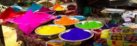 Veelvoudig de kleurenpoeder van het Holifestival voor verkoop in kommen stock foto's