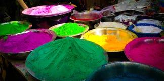 Veelvoudig de kleurenpoeder van het Holifestival voor verkoop in kommen stock fotografie