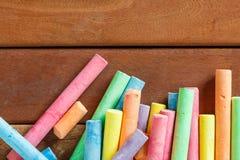 Veelvoudig kleurrijk krijt op houten stock foto's