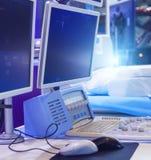 Veelvoudig monitors en controlebord van medische apparatuur voor kankerbehandeling royalty-vrije stock foto's