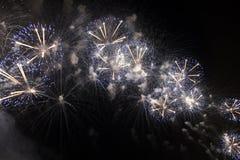 Veelvoudig Vuurwerk in nachthemel in een samenstelling in blauw en witte schaduwen stock foto's