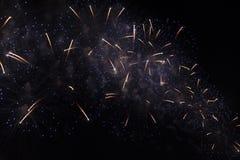 Veelvoudig Vuurwerk in nachthemel in een samenstelling in gouden en blauwe schaduwen stock fotografie