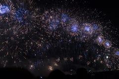 Veelvoudig Vuurwerk in nachthemel in een samenstelling in gouden en blauwe schaduwen stock afbeeldingen