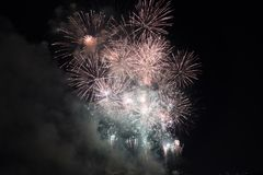 Veelvoudig Vuurwerk in nachthemel in een samenstelling in gouden en rode schaduwen royalty-vrije stock foto's