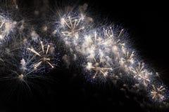 Veelvoudig Vuurwerk in nachthemel in een samenstelling in gouden en witte schaduwen Stock Afbeelding