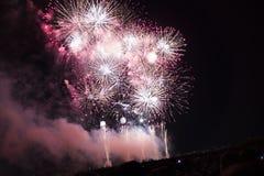 Veelvoudig Vuurwerk in nachthemel in een samenstelling in wit en gouden schaduwen Stock Fotografie