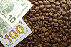 Veelvoudige Amerikaanse dollars Achtergrond van dollars met koffie royalty-vrije stock foto's