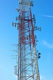 Veelvoudige antennes van het overbrengen van toren tegen blauwe hemel Royalty-vrije Stock Afbeelding