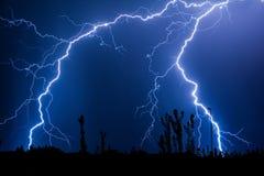 Veelvoudige bliksemstakingen in de nachthemel stock afbeelding