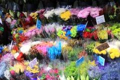 Veelvoudige bloemen bij een markt Royalty-vrije Stock Afbeeldingen