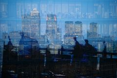 Veelvoudige blootstelling van stadsforenzen en wolkenkrabbers in Londen stock afbeelding