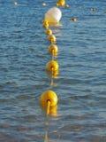 Veelvoudige boeien in het water stock fotografie