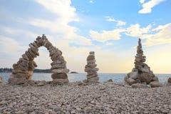 Veelvoudige in evenwicht brengende rotsen Stock Afbeeldingen