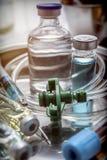 Veelvoudige flesje en spuit in een dienbladmetaal stock afbeelding