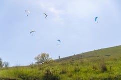 Veelvoudige glijschermen met hun valschermen op een zonnige dag in de Krim, de Oekraïne Royalty-vrije Stock Fotografie