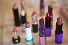 Veelvoudige kleuren van lippenstift klaar om worden gebruikt stock foto's