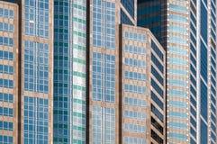 Veelvoudige kleurengebouwen op bedrijfsdistrictsgebied Stock Foto