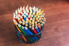 Veelvoudige kleurpotloden in de doos royalty-vrije stock fotografie