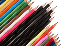 Veelvoudige kleurpotloden en zwarte pennendiagonaal Royalty-vrije Stock Foto