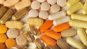 Veelvoudige pillen op wit Royalty-vrije Stock Afbeeldingen