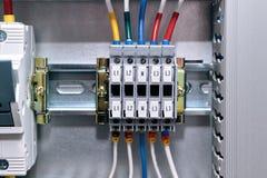 Veelvoudige verbindingsterminals in het elektrokabinet De draden worden verbonden met de terminals royalty-vrije stock afbeelding