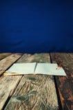 Veer en document oude houten achtergrond Stock Fotografie