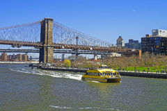 Veerboot bij de brug van Brooklyn en de brug van Manhattan over de Rivier van het Oosten Stock Foto's