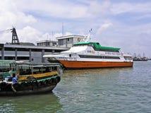 Veerboot bij de pijler in Cheung Chau stock afbeeldingen